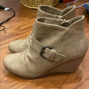 Adorable Blowfish booties size 6.5
